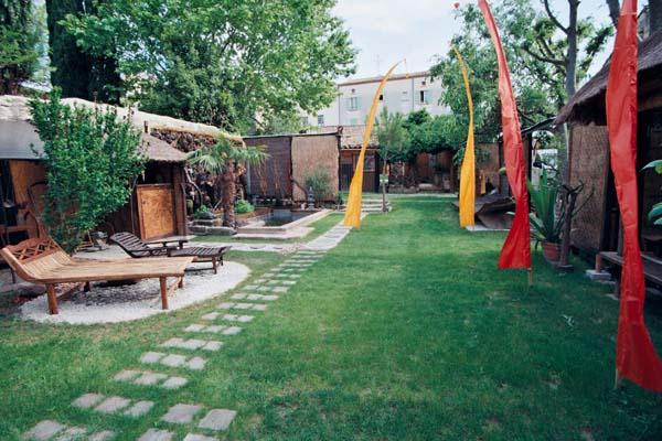 Le jardin partag avec bassin et piscine en plein centre d for Jardin zen particulier